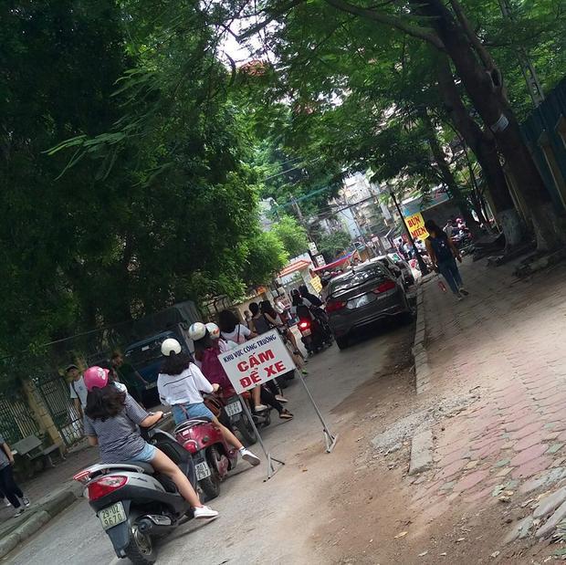 Sinh viên xếp hàng vào khu vực để xe ở Đại học Hà Nội.
