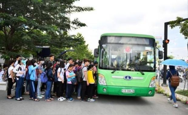 Sinh viên xếp hàng lên xe buýt. Ảnh: Nguyễn Duy Cường.