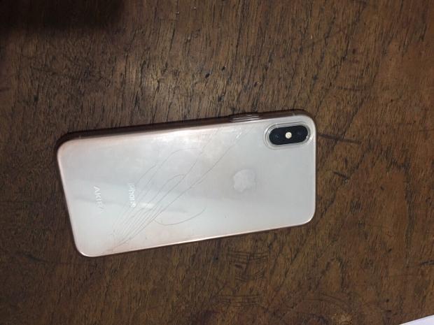 Điện thoại iPhone X mà chúng cướp được của người phụ nữ trên đường phố.