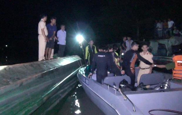 Lực lượng cứu hộ trong đêm.