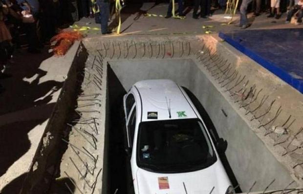 Giải thưởng của chương trình sổ xố là một chiếc ô tô mới tinh bị chôn vùi dưới đất trong 50 năm tới. Ảnh: Linea de Fuego