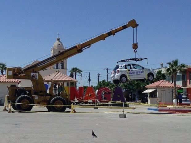 Chiếc xe mới tinh được cẩu tới nơi chôn. Ảnh: Linea de Fuego