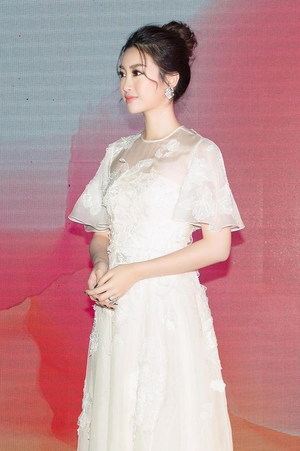 """Với vẻ ngoài xinh đẹp như công chúa. Sau Đặng Thu Thảo, Đỗ Mỹ Linh được ví như """"thần tiên tỷ tỷ"""" thứ 2 của showbiz Việt."""