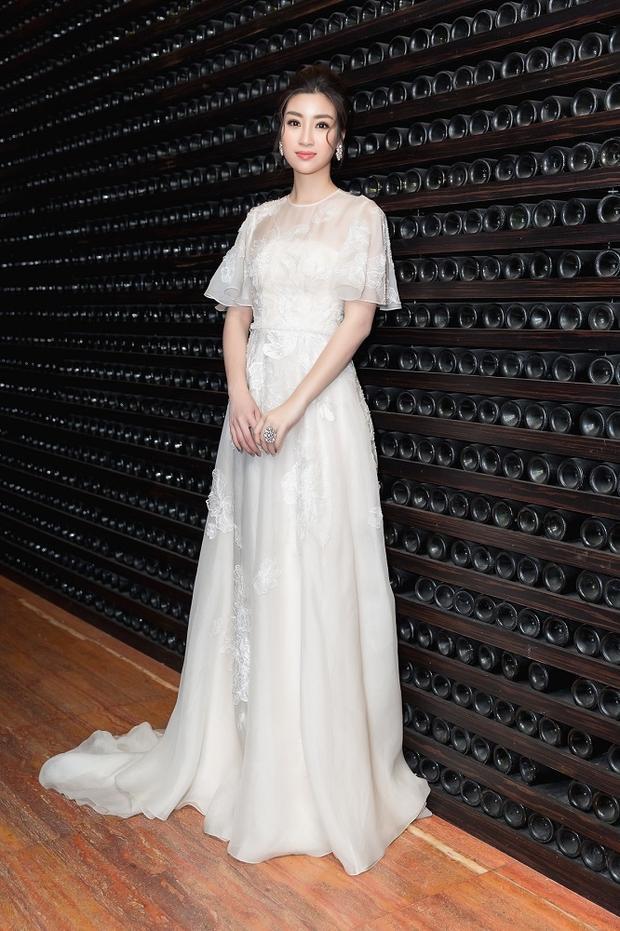 Trước đó, Đỗ Mỹ Linh cũng từng diện qua thiết kế này, so với Hoàng Yến Chibi, Hoa hậu Việt Nam 2016 ghi điểm với chiều cao vượt trội, khiến chiếc váy phô bày hết được vẻ đẹp của mình.