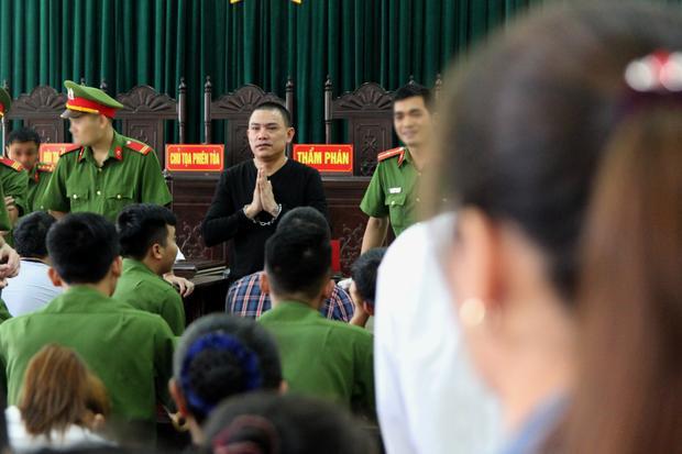 Bị cáo Hùng chắp tay trước những người thân tới tham gia phiên tòa.