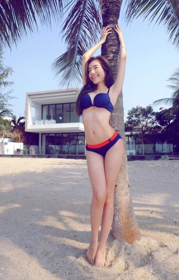 Elly Trần từng chia sẻ cô may mắn có được một vòng eo nhỏ và không bao giờ bị mập eo. Đó là một điều may mắn và cũng cũng là điều kiện tốt giúp cô áp dụng những bài tập để có được một cơ bụng số 11 đáng mơ ước.
