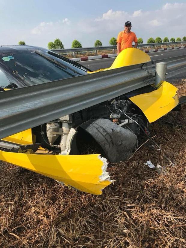 Sau cú va chạm, goài phần đầu nát bét, trục trước của xe còn bị gãy khiến bên bánh phụ văng hẳn ra ngoài.