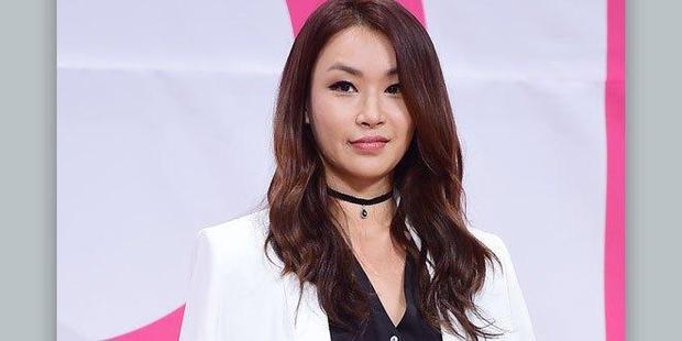 Gây ấn tượng mạnh mẽ bởi sự khó tính nhưng cũng rất tâm lí tại mùa 1 của Produce 101,Bae Yoon Jung đã gật đầu trở lại vị trí giáo viên vũ đạo. Có vẻ như cô giáo này chỉ thích chỉ bảo các cô gái.