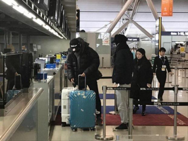 Trêu thì trêu chứ cưng em không ai sánh bằng Chanyeol, Sehun đi chơi thoải mái vali đồ cứ để anh lo.