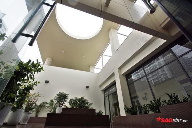 Hệ thống giếng trời giúp tận dụng ánh sáng và gió tự nhiên.
