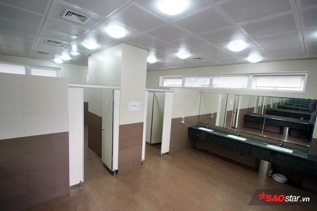 Ngay cả khu vệ sinh ở đây cũng rất hiện đại, khu dành cho nam và nữ nằm cách xa và tách biệt đảm bảo sự riêng tư. Nhà trường thiết kế cả phòng tắm để học sinh sử dụng, đảm bảo có giờ nghỉ trưa thoải mái như ở nhà.