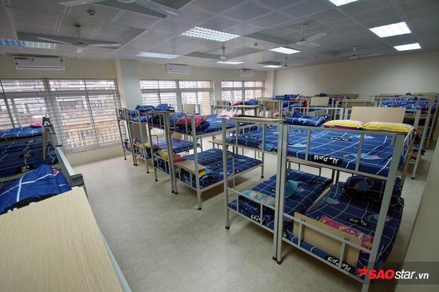 Phòng ngủ có đầy đủ quạt trần, điều hòa 2 chiều.