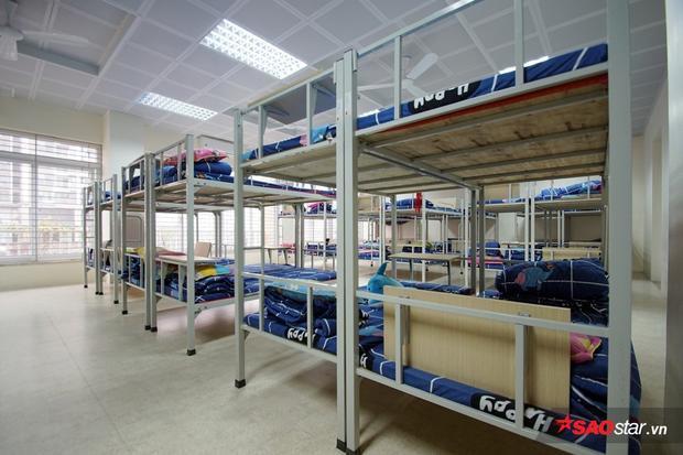 Mỗi học sinh có 1 chiếc giường ngủ, trang bị đầy đủ chăn, nệm.