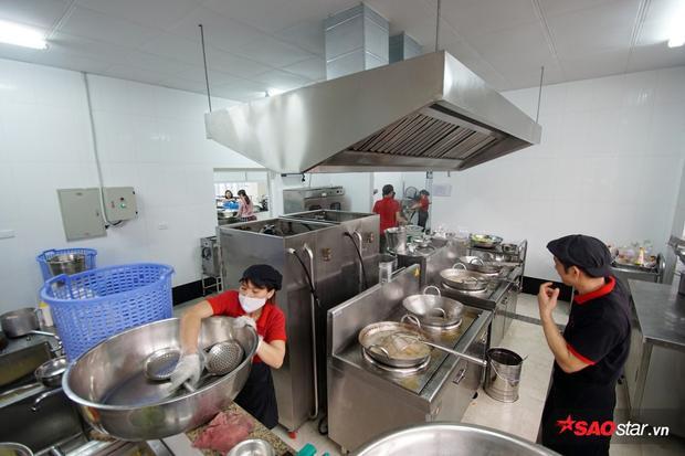 Các loại thiết bị nấu ăn đều rất hiện đại với những chiếc nồi, chảo dùng cho bếp điện công suất cực lớn.