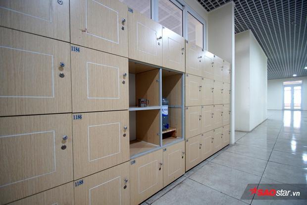 Trước cửa lớp học, các bạn có riêng một ngăn trong tủ chưa đồ.