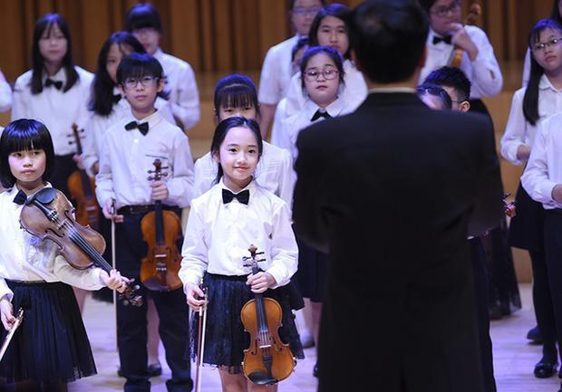 Thần thái không đùa được đâu của bé gái từng được mệnh danh là tiểu Châu Tấn khi trình diễn violin