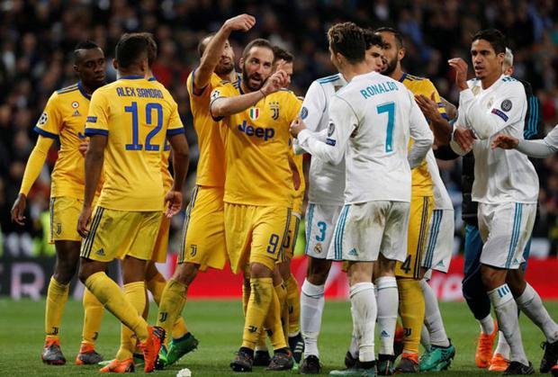 Higuain lời qua, tiếng lại với Ronaldo.