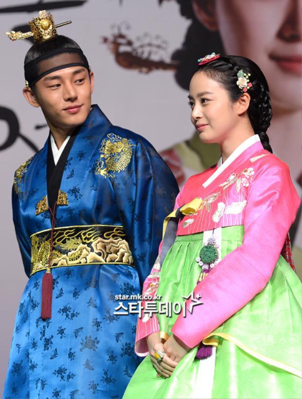 Sinh ra với thân phận một thường dân trong thời đại Joseon khắc nghiệt, nhưng nhờ tài năng vượt trội về y phục đã thay đổi số phận của cô, từ đó đưa đến mối tình định mệnh với bậc chí tônLee Soon (Yoo Ah In).