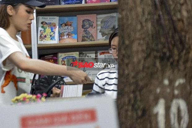 Sau khi chọn vội sách, Hoa hậu Việt Nam 2014 rời khỏi cửa hàng ngay lập tức.