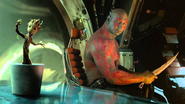 Groot bé nhảy múa tưng bừng bên cạnh Drax.