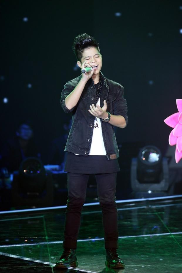 Và sau đó 1 năm, Quang Anh là lớn như thế này.Hình ảnh cậu nhóc ngây ngô từ những ngày đầu đã thay thế bằng một ca sĩ trẻ tự tin, phong cách khi đứng trước khán giả.