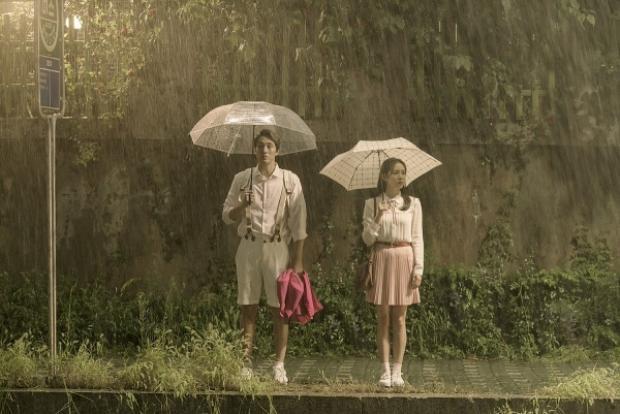 Hình ảnh cơn mưa trở đi trở lại trong tác phẩm.