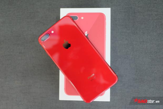 Mặt lưng kính khiến màu đỏ tren iPhone 8 Plus thú vị hơn thiết bị tiền nhiệm. Dù vậy, người dùng phải sống chung những vết bám mồ hôi, dấu vân tay.
