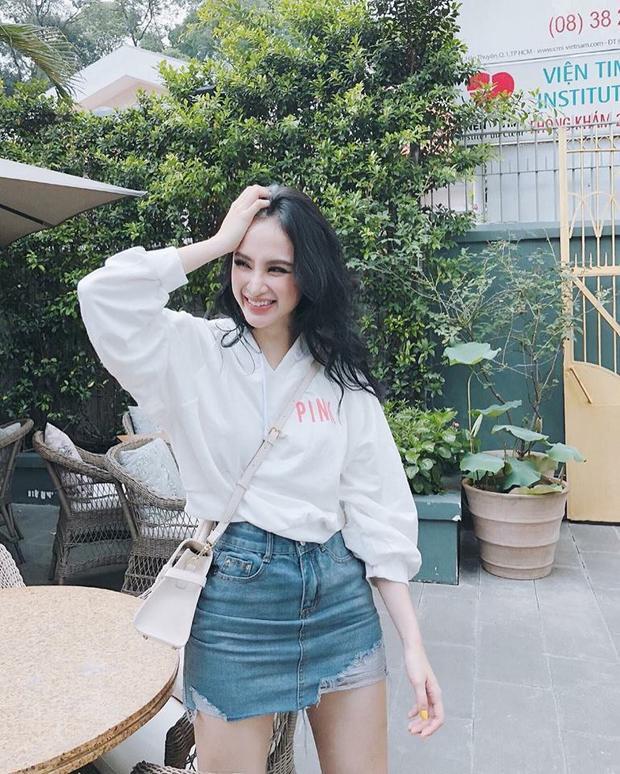 Trinh cũng rất thích diện sơ mi trắng. Cô nàng thường kết hợp item này với chân váy jeans, đơn giản nhưng không kém phần cuốn hút.