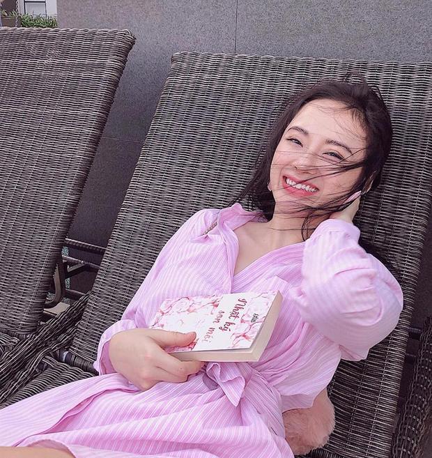 Trong bức hình mới nhất mà Trinh khoe, cô nàng nằm thảnh thơi đọc sách trong bộ váy hồng kẻ sọc. Đặc biệt, Trinh không còn thích chụp hình kiểu mặt lạnh sexy khoe môi tều mà nở nụ cười tươi xinh xắn.