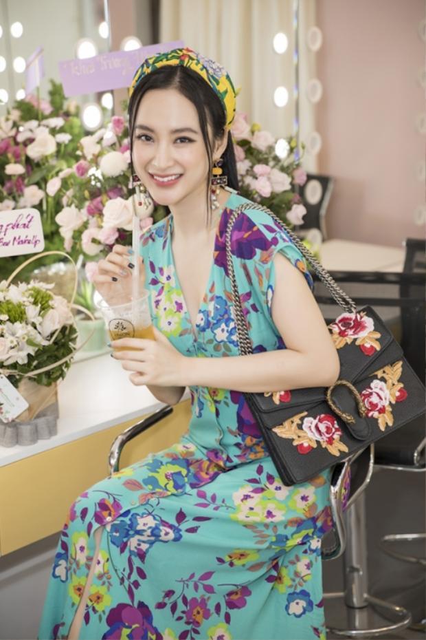 Trong một sự kiện mới đây, Angela Phương Trinh chọn đầm hoa nền nã cùng kiểu tóc đơn giản. Tuy vậy, làn da sáng và gương mặt xinh đẹp của cô nàng vẫn cực kỳ nổi bật.