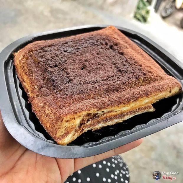 Bên ngoài chiếc sandwich phủ một lớp socola. Ảnh Foody