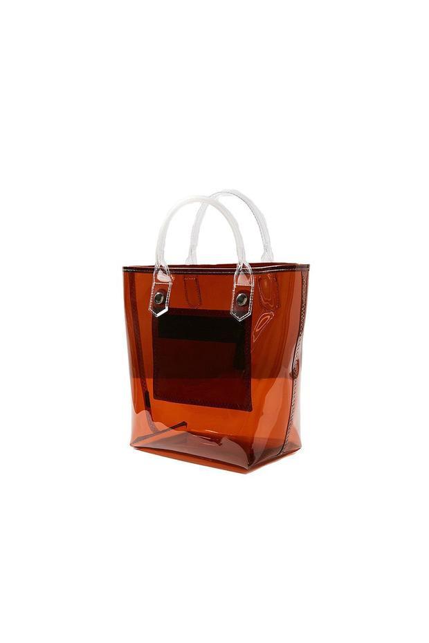 """Mỗi năm đến dịp hè là những chiếc túi bản to lại trở lại """"tung hoành"""", với kích thước lớn, có thể giúp các cô gái chứa được """"cả thế giới"""" nên item này luôn được đánh giá cao về độ tiện lợi của nó. Trong năm 2018, hòa cùng sự lên ngôi của chất liệu PVC, những thiết kế túi nhựa trong suốt cũng khiến nhiều tín đồ thời trang mê mẩn. Nếu đang tìm một chiếc túi cho ngày hè này, các bạn gái có thể """"nghía"""" qua mẫu túi này của hãng Urban out fitter, giá chỉ có 24$ - hơn 500 nghìn đồng."""