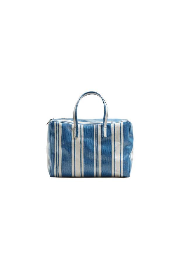 Từng bị trêu là nhìn giống túi nylon của Thái Lan mà dân buôn hay dùng, nhưng đến nay, những chiếc túi nhựa poli, họa tiết sọc cùng kích thước ngoại cỡ vẫn được nhiều người ưa chuộng. Thay vì phải chi ra vài chục triệu cho một chiếc túi của Balenciaga, bạn gái có thể đến ngay Mango và bỏ ra gần 40$ - tầm hơn 800 nghìn đồng để sở hữu một chiếc túi thật chất.