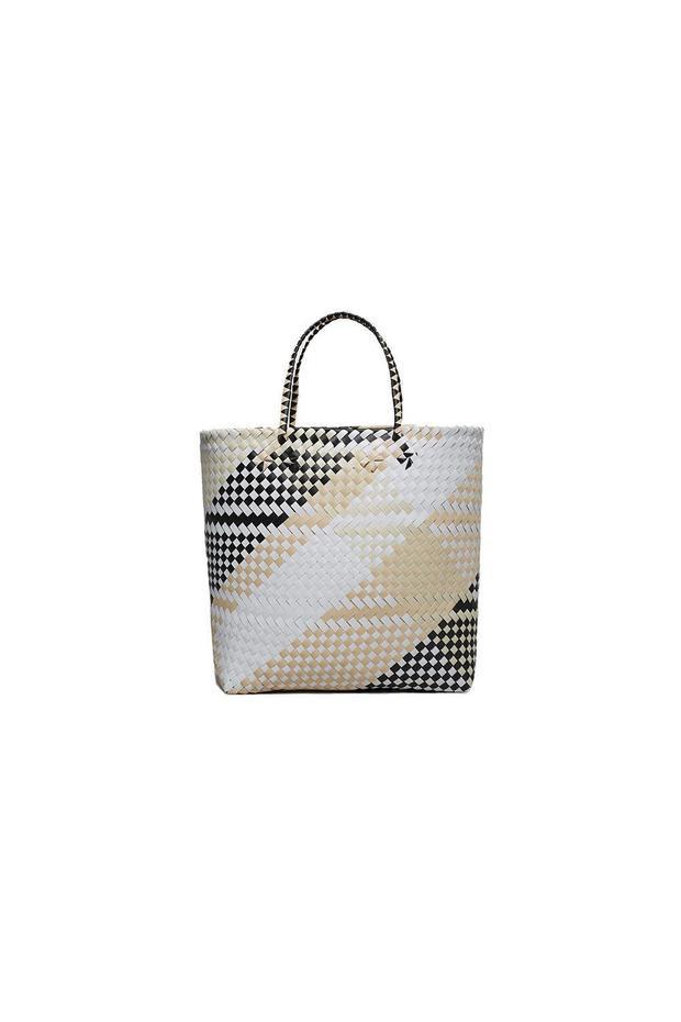 """Cùng với mũ cói, túi chất liệu mây tre đan được xem là những món phụ kiện """"cộp mác"""" mùa hè. Năm 2018, thay vì những tông màu trơn đơn điệu, kiểu túi đan lát, phối trộn nhiều màu sắc khác nhau đang khiến các tín đồ trên thế giới """"đỏ mắt"""" kiếm tìm. Từ chiếc túi dáng tote bag của Mango, có mức giá hơn 39$ - khoảng 800 nghìn đồng…"""