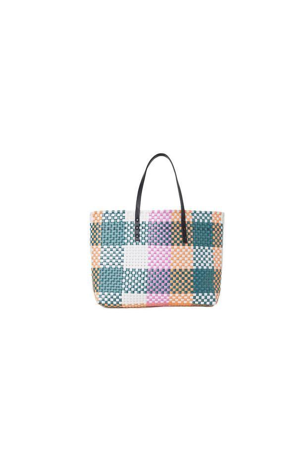 """Bên cạnh đó, các cô gái có thể tham khảo thêm những chiếc túi giá rẻ, đến từ nhiều thương hiệu khác nhau, để chọn lựa cho mình một sản phẩm ưng ý. Từ chiếc túi cói """"đi chợ"""" của H&M, có giá là 35$ - 770 nghìn đồng."""