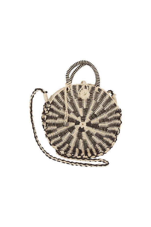 Nếu yêu thích chiếc túi dáng tròn của Louis Vuitton giá trăm triệu mà các sao Việt như Khánh Linh The Face, Minh Hằng, Thanh Hằng sử dụng gần đây, bạn gái có thể tìm đến với phiên bản rẻ hơn của hãng Billabong, sản phẩm này có giá 44,95$ - hơn 980 nghìn đồng.