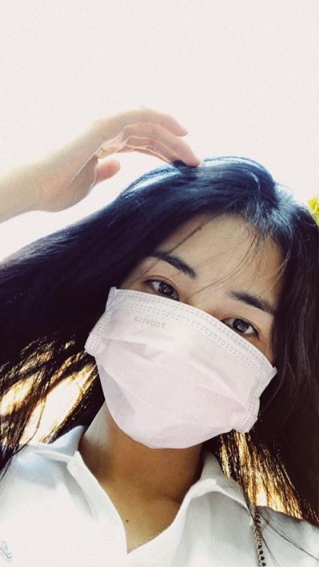 """Trong giai đoạn nhạy cảm này, cô phải """"kết thân"""" với khẩu trang hàng ngày để che đi những vết mụn cũng như là cách để bảo vệ da khỏi môi trường khói bụi."""