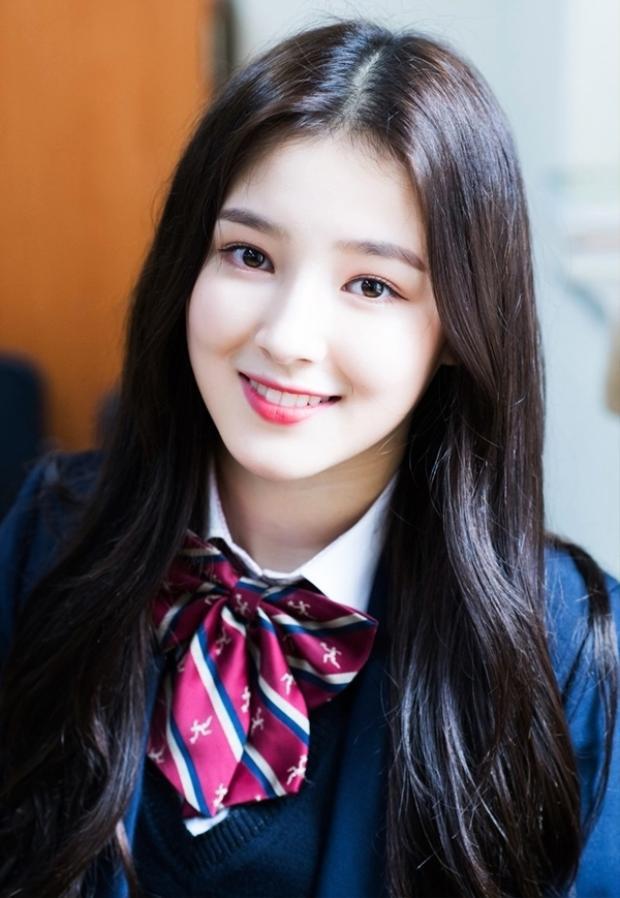 """Bức ảnh trong bộ đồng phục của trường Halim của nữ thần tượng từng gây """"rúng động"""" các diễn đàn ở Hàn Quốc."""