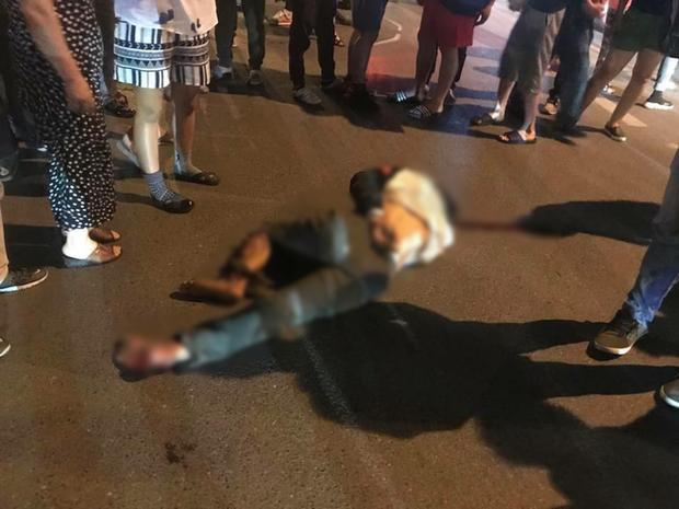 Người đàn ông bị thương nặng sau khi bị xe ô tô bán tải kéo lê hàng trăm mét.