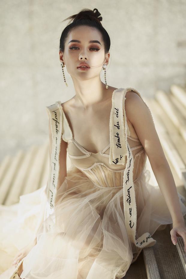 Người đẹp sinh năm 1995 khéo léo kết hợp trang phụccùng hoa tai dáng dài và kiểu tóc bới cao, tôn lên làn da trắng sứ cùng đôi mắt to, trong sáng.