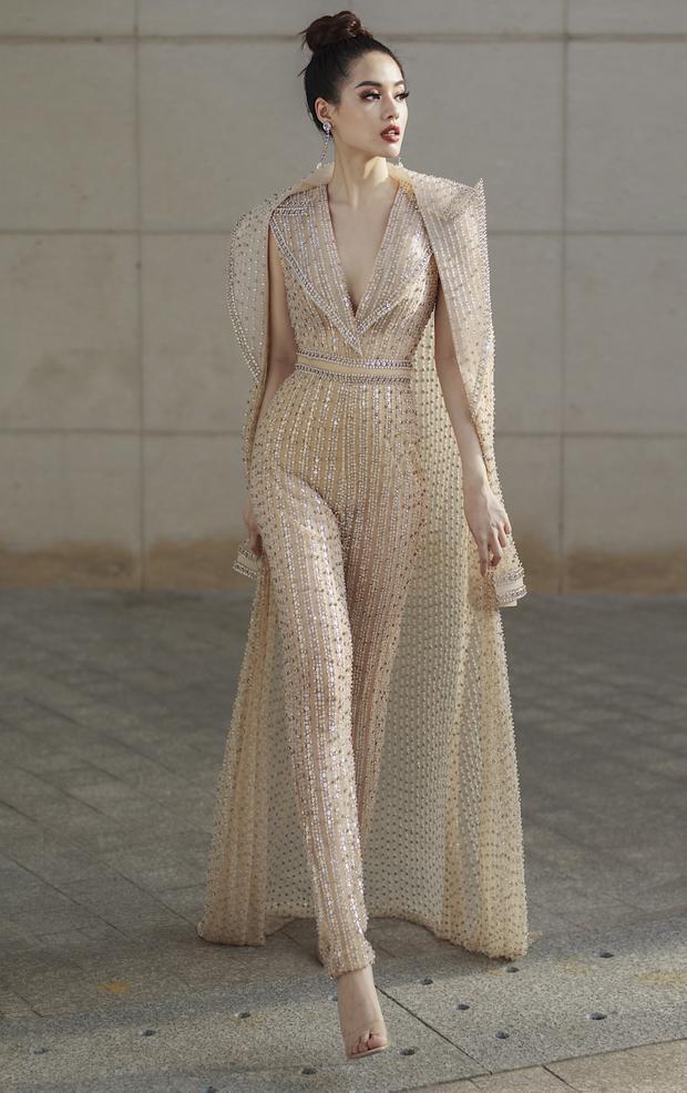 Ngoài ra, trong bộ ảnh, người đẹp team Minh Tú còn lựa chọn một bộ jumpsuit màu nude. được đính kết tỷ mỷ, phối cùng áo khoác dáng dài.