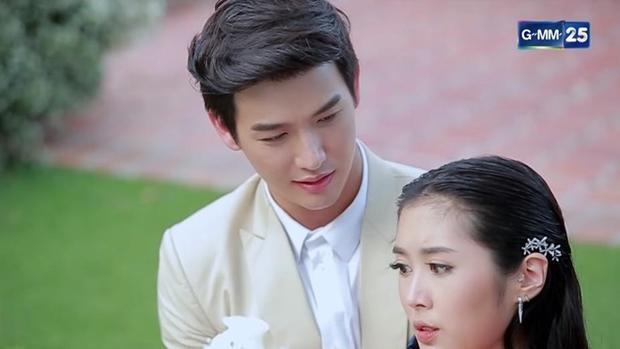 """Anh đây Laaising (Push Puttichai) là chàng trai độc thân hoàng kim, chủ tiệm hoa """"Sing Dok Mai""""."""