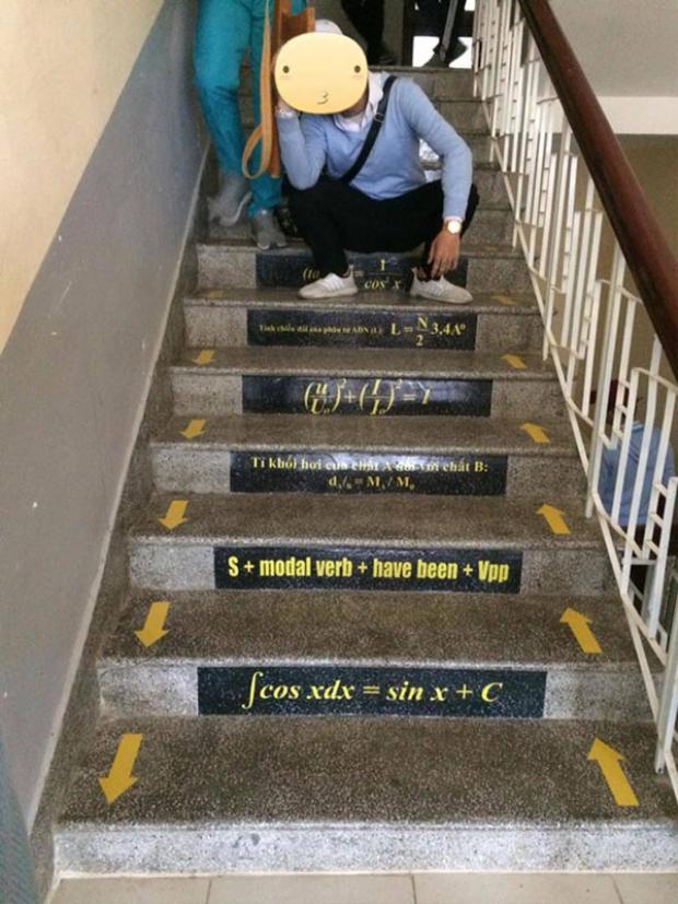Các công thức được in màu, dán ngay ngắn trên các bậc thang.