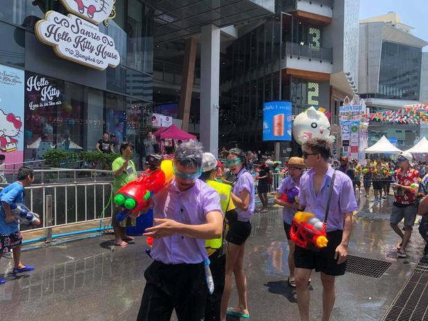 Hội chị em bạn dì V-biz đầu tư dresscode quẩy banh nóc tại lễ hội té nước Thái Lan
