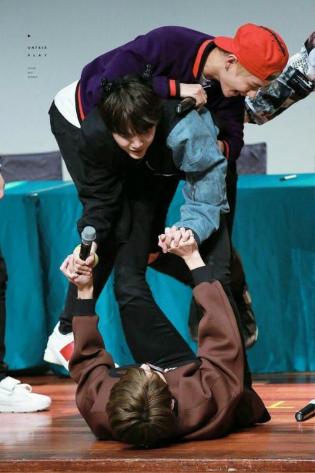 Và đây là sức mạnh của Jung Kook khi nâng cả 2 anh nhẹ như không.
