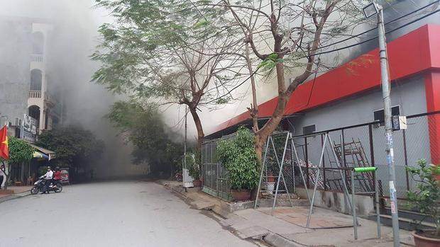 Ngọn lửa bốc cao, khói bay mù mịt khiến nhiều người hoảng loạn.