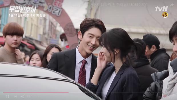 Lee Jun Ki tươi cười nhìn Seo Ye Ji.