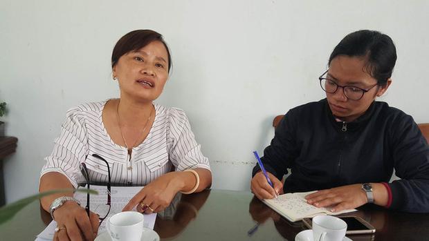 Bà Hoàng Thị Bích Trâm - Trưởng Phòng GD-ĐT huyện Buôn Đôn (áo trắng) cho biết ông Hà còn mắc hàng loạt sai phạm. Ảnh: Dân Trí