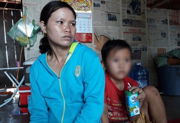 Chị Nga kể lại việc con trai bị thầy giáo đánh chảy máu mũi. Ảnh: Vietnamnet