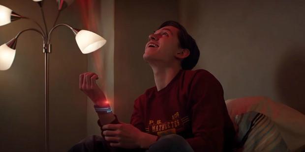 Cậu chàng Peter Parker nghịch ngợm cùng vòng bắn tơ.